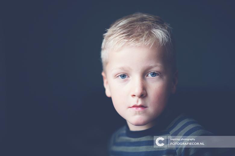 Kleine jongen - Niet te gestileerd, puur, en vooral eenvoud is wat mij raakt. Vaak probeer ik deze eigenschappen te zoeken in een portret. Nou ben ik