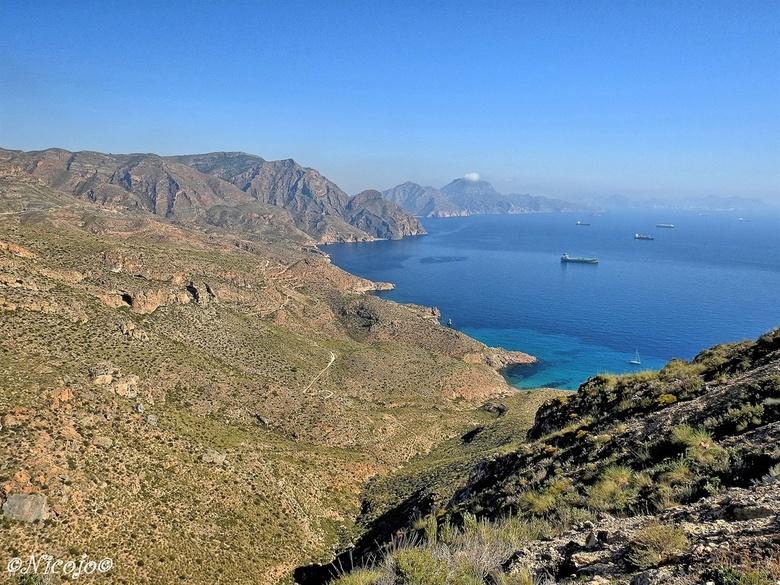 Blauwe water.... - In de baai van Cartagena liggen regelmatig olietankers te wachten, in Cartagena zijn diverse raffinaderijen en liggen de strategisc