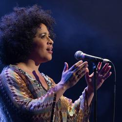 Tania Kross tijdens optreden 'Tribute to Whitney Houston'