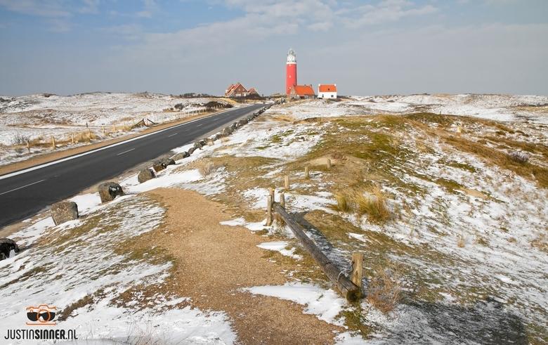 Vuurtoren van Texel in een wintersduinlandschap.