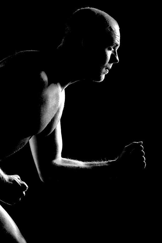 Running man ... - Shoot met mannelijk model en lowkey. Wilde meer proberen en ook kracht uit laten stralen, vandaar deze crop. Doelbewust en geporbeer