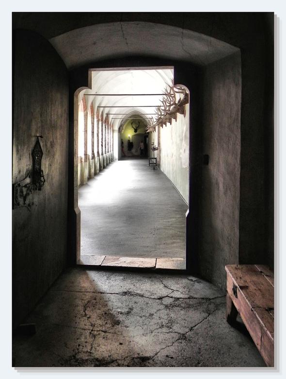 De gang naar ... - Schloss Tratzberg in Tirol. Prachtig bouwwerk. Mooie gangen die met een tikkie tonemapping de fantasie gaan prikkelen. Afdaling goe