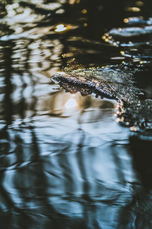 """Smeltend ijs - Smeltend laagje ijs in het water. Het smelt snel door de zon.<br /> <br /> Meer te zien op mijn <a href=""""https://www.instagram.com/gi"""
