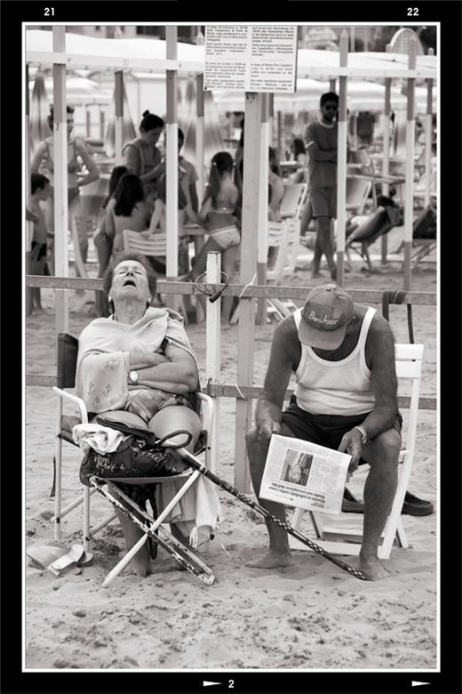 Old Italy 1 - Dit tafereeltje kwam ik tegen op het strand van Riccione. Deze dame zat al geruime tijd te knikkebollen, terwijl manlief niets vermoeden