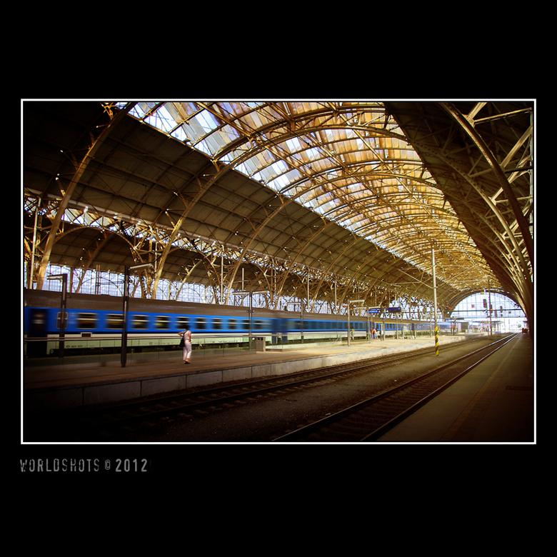 station Praag - voorbijrijdende trein langs het perron van het station van Praag