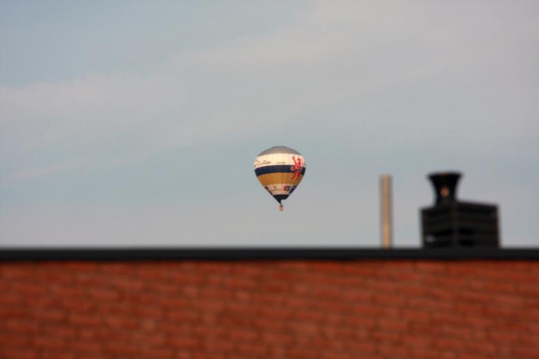 Over de daken.... - ...van Hoensbroek zweeft een balon van de European Balloon Company. Alle vluchten vertrekken vanaf Kasteel Hoensbroek en eindigen