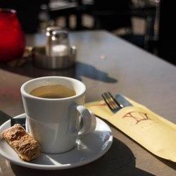 Onder een kopje koffie genieten van de zon