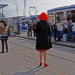 Wachten op de tram . .