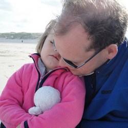 vader en dochter aan het strand