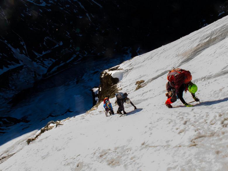 Sustenhorn - Nicole, Lieke en Anne klimmen een makkelijk maar steil sneeuwveld, hoog op de oostkant van de Sustenhorn.