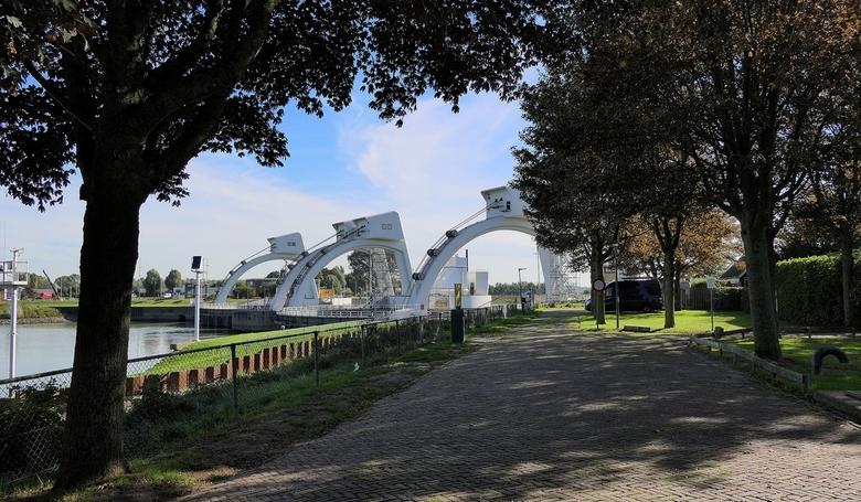 Stuw- en sluizencomplex bij Hagestein - Stuwcomplex Hagestein is een van de drie stuw- en sluiscomplexen die ervoor zorgen dat de Nederrijn en de Lek
