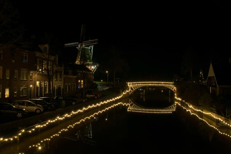 kleindiep Dokkum bij nacht. - op de foto het Kleindiep in het centrum van Dokkum de elf steden schaatser komen hier onder de brug door naar de stempel