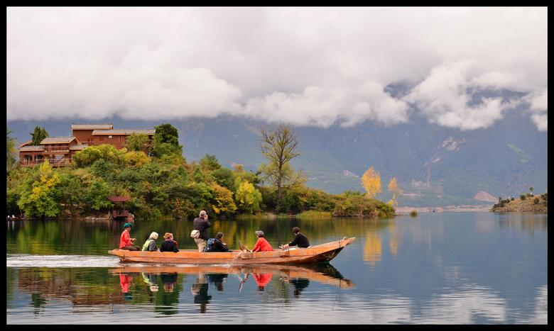 Roeien maar! - Met de boot over het Lugu lake. Een aantal Musuo vrouwen begeleiden ons met de boot naar de overkant.<br /> Het gebied van Lugu Lake i