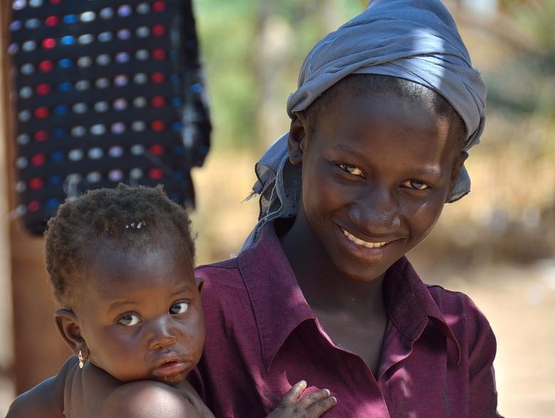 Jonge gambiaanse moeder -