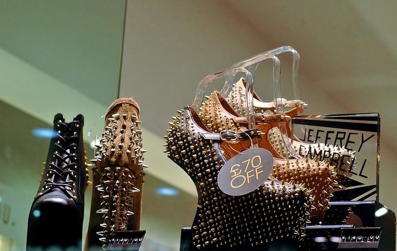 trendy shoenen :-) - tijdens mijn shopdagje New Castle trof ik deze trendy schoenen aan , dus dames hiermee kun je veilig over straat .<br /> <br />