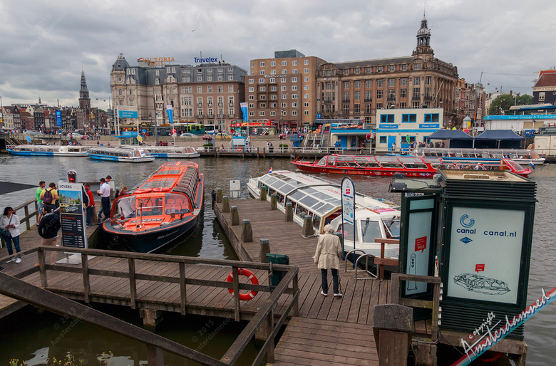 Spitsuur - Bijna elke toerist die in Amsterdam aankomt ontkomt er niet aan, het uitzicht met de wirwar aan rondvaartboten voor het Centraal Station. E