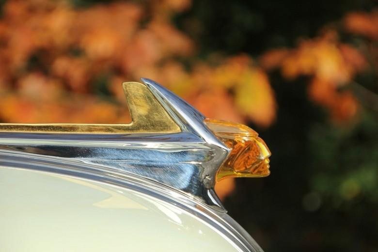 Pontiac 1952 - Vandaag een prachtige oude gerestaureerde  auto gefotografeerd. Ook de details zijn prachtig afgewerkt; hier tegen een achtergrond van