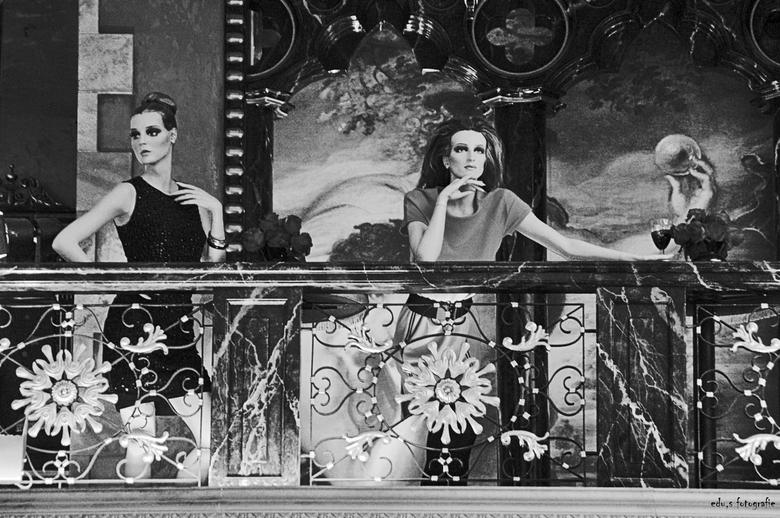 Two Ladys. - Balkon scene in zwart- wit.