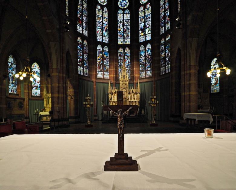 Genageld.... - Aan het  kruis...<br /> Het  licht  gaf mooie  reflecties  , of spiegelingen  mee