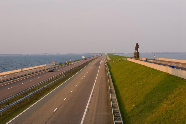 Afsluitdijk bij zonsopgang - Afsluitdijk richting Den Oever, gezien vanaf het monument