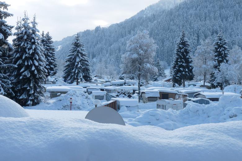 winters kamperen - Deze winter bleef het maar sneeuwen in Oostenrijk. Rond de caravans hoopte de sneeuw zich op. <br /> En T.V. kijken? Met een schot