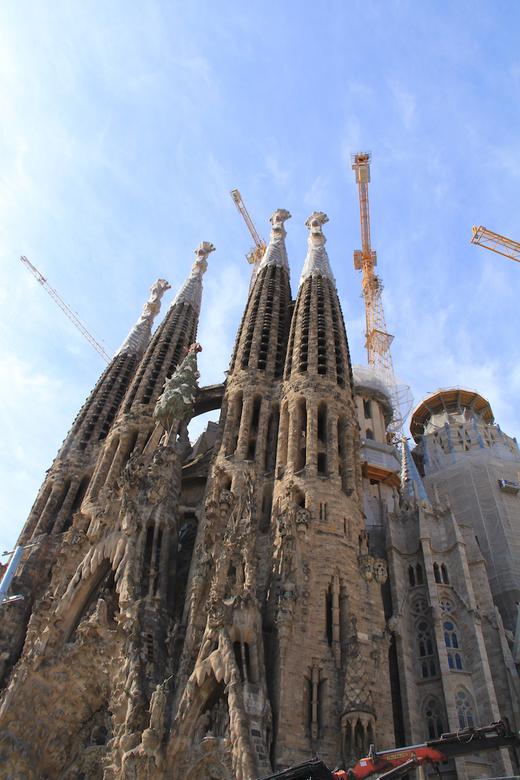 Sagrada familia - De Sagrada Familia in Barcelona is haast niet te fotograferen. Ten eerst zijn er veel te veel mensen en het staat zo ingepakt in de