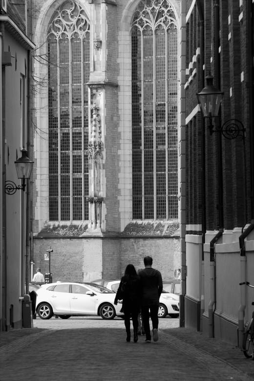Walking to the church - De eerste stappen naar de kerk zijn gezet. Zou dit stel ooit de stappen in het middenpad van de kerk gaan zetten... that'