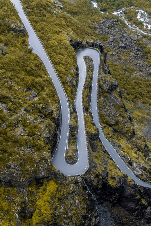 Infinity road - Vanaf het uitzichtpunt boven aan de Trollstigen in Noorwegen viel mijn oog op deze weg, vanwege de perfecte symmetrie.