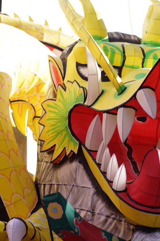 Inflatable Dragon - Inflatables. Deze opblaasdraak was deel van een optocht die nog moest beginnen, of misschien al voorbij was. Hij zag er nog strijd