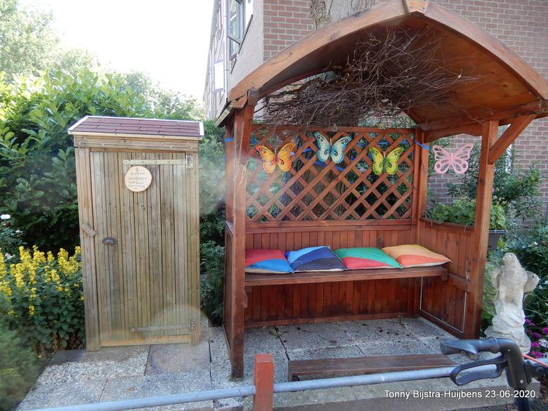 bibliotheek - sinds gisteren hebben we een mini bibliotheek in de straat. een van de bewoners heeft een groot stuk tuin in eigen beheer, er is daar ee