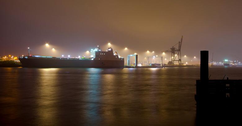 Haven Rotterdam - De Haven in Rotterdam het was s'ochtends net voor dat de zon op kwam. Het was ook beetje regenachtig waardoor het een beetje mi