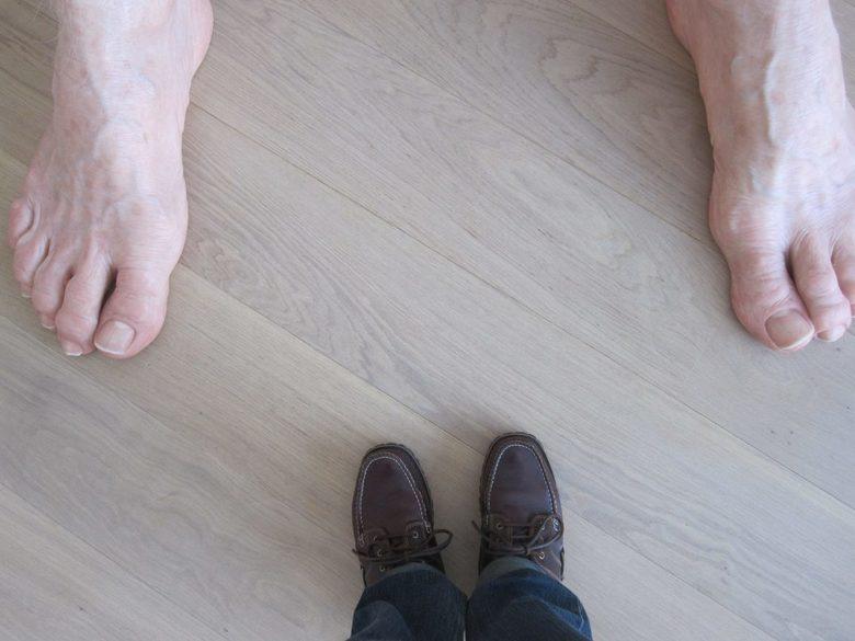 Contrast: groot en klein - Contrast: grote en kleine voeten. Bloot en met schoenen. Deze shoewie (een foto van schoenen (met het liefst je eigen voete