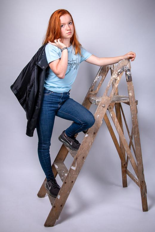Climbing up - Dit model heeft prachtig rood haar en in combinatie met deze antieke trap en een leren jasje bracht dat deze stoere foto.<br /> <br />