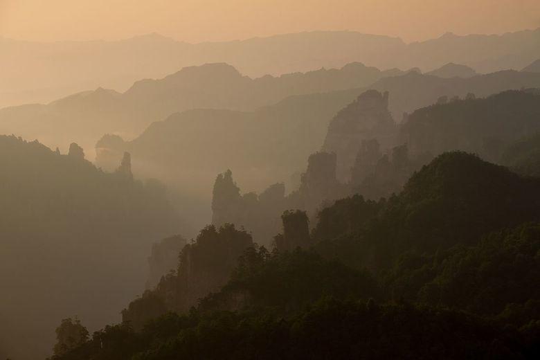 Zhangjiaje  - De zon komt op boven Zhangjiaje in China.
