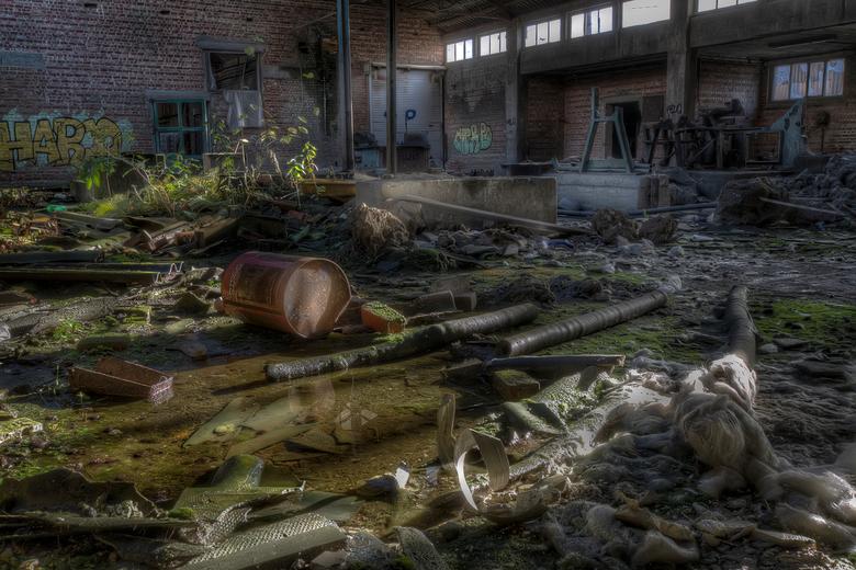 Verlaten baksteenbakkerij - Een verlaten fabriek,een baksteenfabriek. Eeuwenoud en het doek viel het einde van vorige eeuw. Jaren gingen voorbij en nu