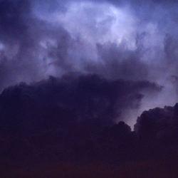 Licht achter de wolken