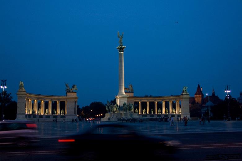 Budapest - Een foto in Budapest van het heldenplein.<br /> Ik vond het leuk om hier een foto van te maken met de bewegnde auto&#039;s ervoor. Omdat h