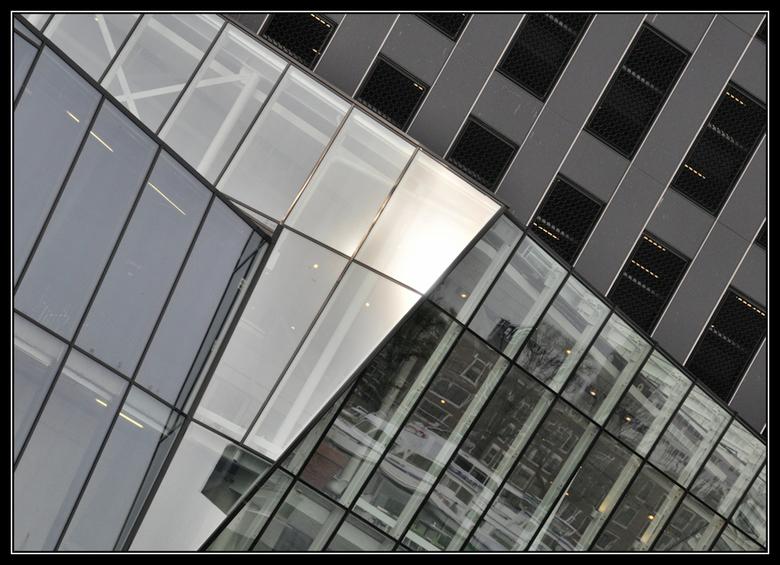 Maastoren - Met veel moeite een vervolgfoto geplaatst.<br /> De Maastoren aan de achterzijde dus.