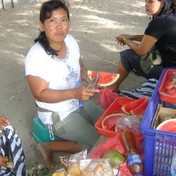 Fruit eten op Bali aan het strand