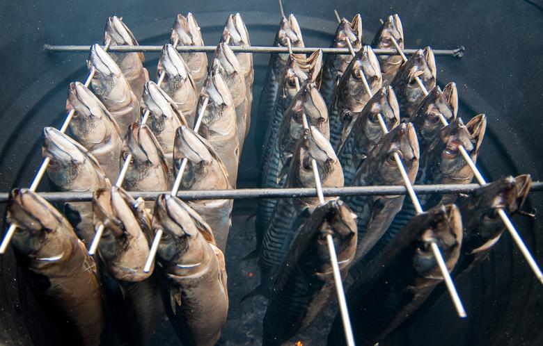 met het oog door de naald  - Makreel rokerij op een markt in Annen ( Drenthe )