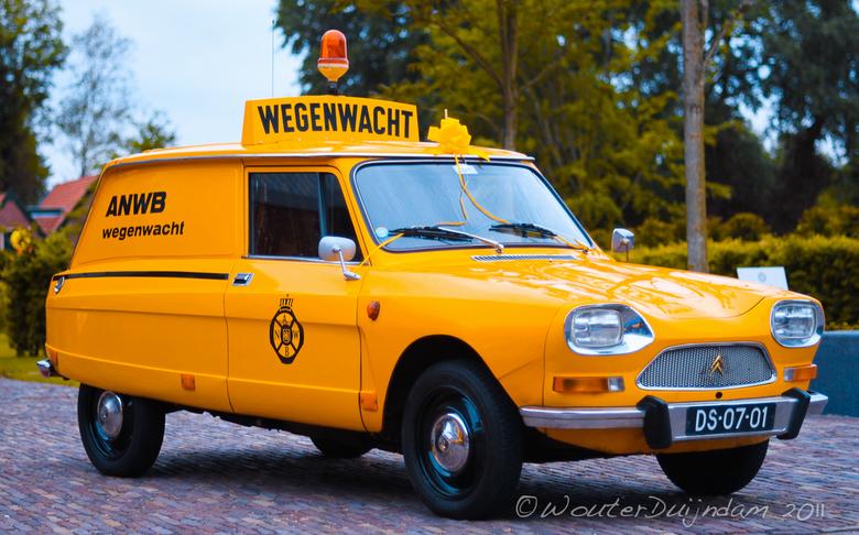 Vintage Yellow - Deze gele Citroën Ami stond geparkeerd voor de deur van het Louwman museum.<br /> <br /> Geen Exif Info aanwezig aangezien ik deze