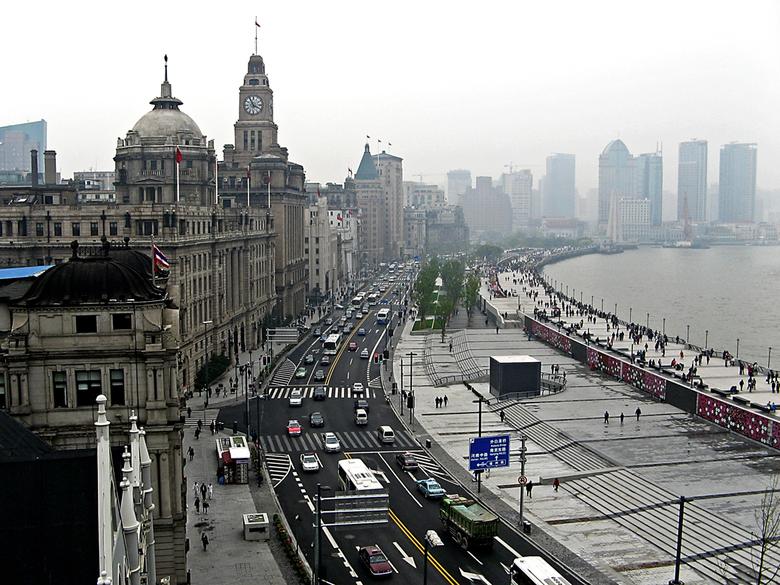 The Bund - Deze foto is genomen vanaf het dakterras van het bekende chique restarant 'M on the Bund' in Shanghai. Je kijkt over een belangri