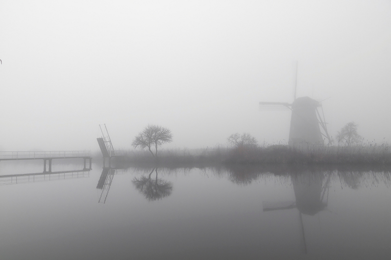 geen bezoek tijdens de mist - De bezoekersmolen op Kinderdijk was blijkbaar gesloten vanmiddag maar de mist vond ik wel een goede reden om weer eens n