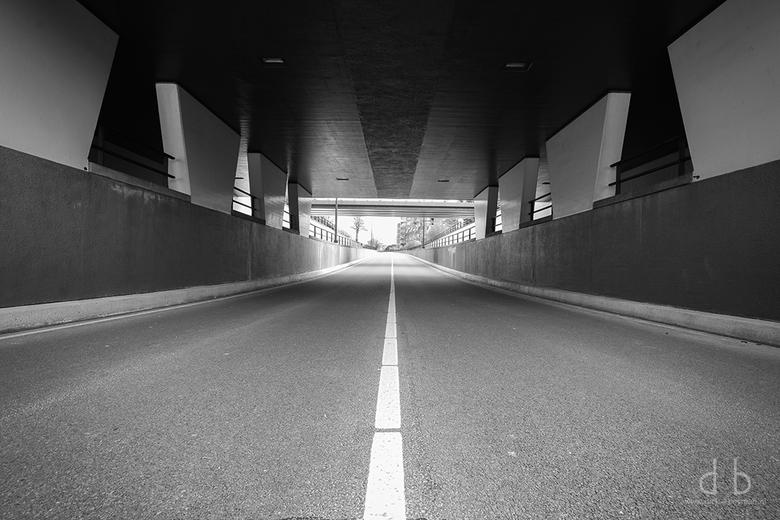 Desolated - Waar anders zoveel auto's rijden is het nu doodstil. Zo kan je op plekken komen waar je anders niet komt.