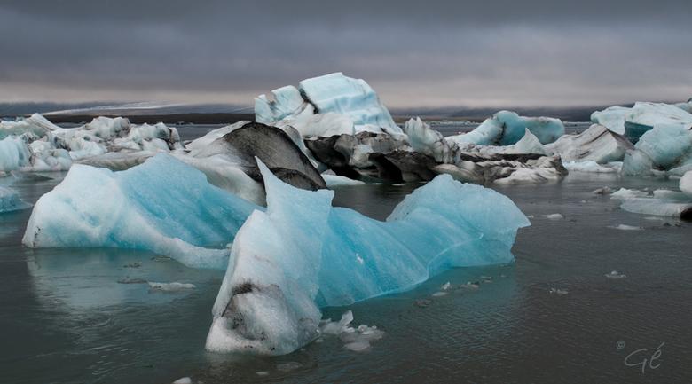 Jökulsárlón - De zware wolkenluchten boven IJsland vonden we niet altijd zo fijn deze zomer. Deze gletsjerlagune zag er juist wel extra bijzonder door