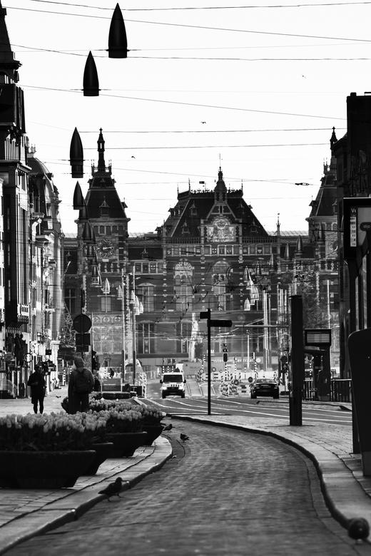 Pandemie in Amsterdam - Eenzaamheid in de Amsterdamse straten door de covid-19 pandemie. Een unieke een aangrijpende situatie.<br />