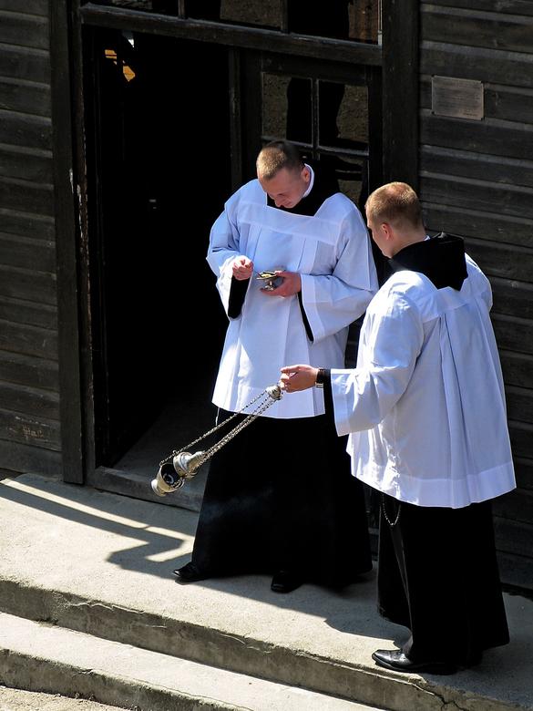 Mis voorbereiding Auswitchz - Zondagmorgen in Auschwitz en de voorbereidingen werden getroffen voor een herdenkingsdienst door de misdienaars.. De die