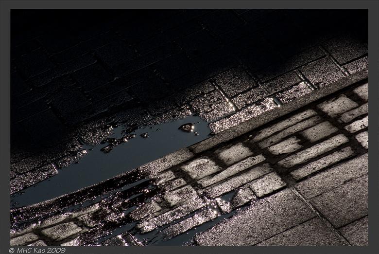 Licht spelend op de stoep - Licht en schaduw op onze stoep, net na een regelbui,<br /> <br /> Niet bewerkt, alleen Raw overgezet naar JPEG.<br /> <