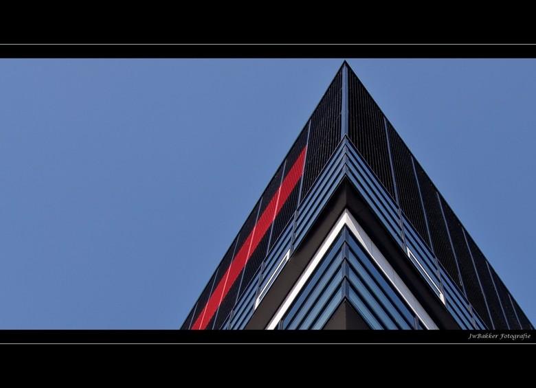 Utwente 3 - Dit is een hoek van een gebouw die op de campus van de Universiteit staat. Door de herhalende strakke lijnen en blauwe lucht kon ik het ni