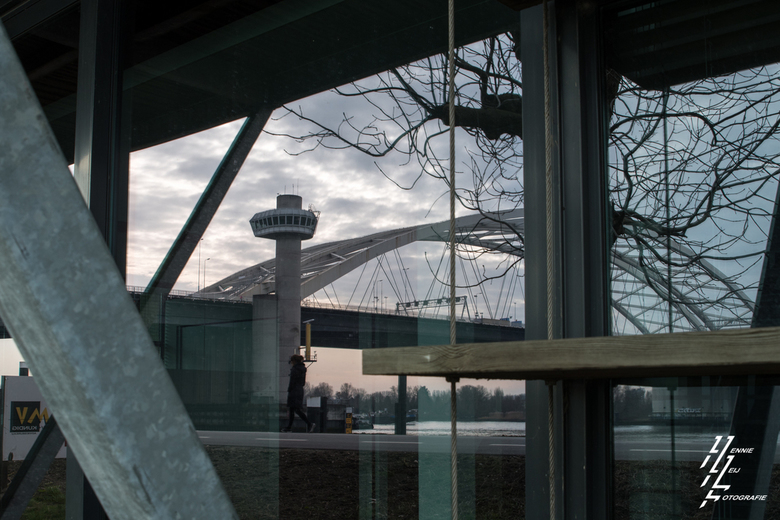 Spiegelbeeld - De van Brienenoordbrug in Rotterdam in spiegelbeeld van de glazen ruit van een kantoor.